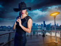 Белокурая сексуальная девушка с стилем гангстера пистолета личного огнестрельного оружия Стоковое фото RF
