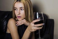 белокурая стеклянная женщина вина Стоковая Фотография RF