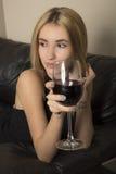 белокурая стеклянная женщина вина Стоковые Изображения