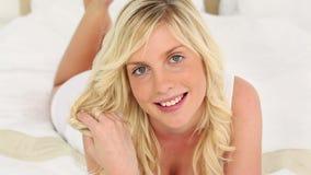 Белокурая с волосами женщина касаясь ее волосам акции видеоматериалы