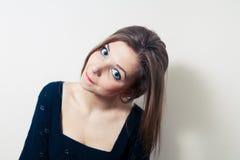 Белокурая с волосами милая девушка стоковое фото