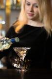 Белокурое питье спирта сервировки девушки Стоковое Фото