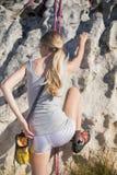 Белокурое скалолазание женщины стоковая фотография rf