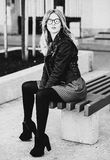 Белокурое gir сидит на стенде, городе лета, черно-белом изображении Стоковые Фото