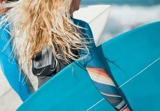 Белокурые волосы девушки с столом прибоя Стоковая Фотография