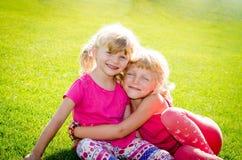 Белокурые девушки на траве Стоковое фото RF