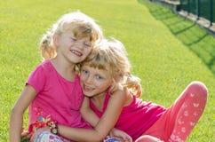 Белокурые девушки на траве Стоковое Изображение RF