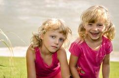 Белокурые девушки на траве Стоковые Изображения RF