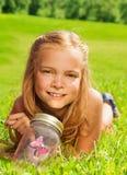 Белокурые девушки одно с бабочкой в опарнике Стоковые Изображения RF