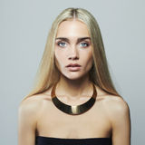 белокурые детеныши женщины красивейшая девушка Блондинка в ожерелье Стоковое Изображение