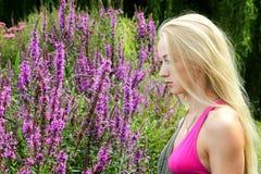 белокурые детеныши женщины парка Стоковые Изображения