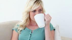 Белокурые запахи и пить женщины кофе акции видеоматериалы