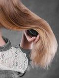 белокурые расчесывая волосы ее женщина Стоковое Изображение