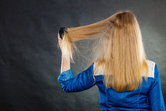 белокурые расчесывая волосы ее женщина Стоковая Фотография RF