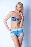 Белокурые сексуальные джинсыы женщины вкратце и бюстгальтер бикини Стоковая Фотография RF