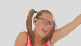 Белокурые танцы женщины и петь сток-видео