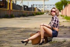 Белокурый автостопщик девушки Стоковые Изображения