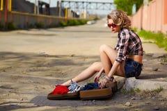 Белокурый автостопщик девушки Стоковая Фотография RF