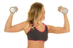 Белокурый гибкий трубопровод женщины утяжеляет бюстгальтер спорт серого цвета стоковое фото rf