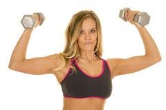 Белокурый гибкий трубопровод женщины утяжеляет смотреть бюстгальтера спорт серого цвета стоковые изображения rf