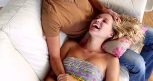 Белокурый лежать на подоле ее парня на кресле сток-видео