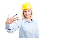 Белокурый жест 5 показа архитектора женщины Стоковое Изображение