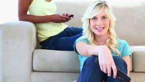 Белокурый изменять канала пока друг отправляет СМС сток-видео