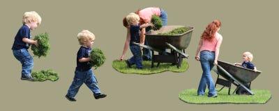 Белокурый малыш работая в дворе с тачкой стоковые изображения