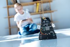 Белокурый мальчик испытывая его новую игрушку робота Стоковое Изображение