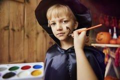 Белокурый мальчик на партии хеллоуина Стоковые Изображения
