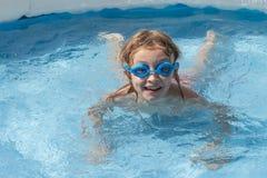 Белокурый мальчик плавает Стоковое фото RF