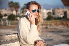 белокурый мобильный телефон девушки Стоковые Изображения RF
