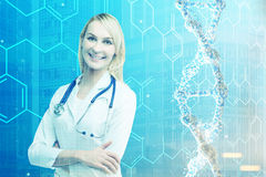 Белокурый доктор женщины и тонизированная цепь дна Стоковое Фото