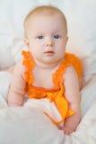 Белокурый ребёнок с голубыми глазами в romper Стоковые Фото