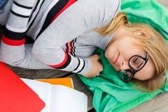 Белокурый спать на деревянном поле стоковая фотография