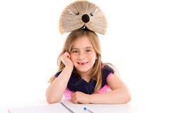 Белокурый студент девушки ребенк с книгой ежа Стоковые Изображения RF