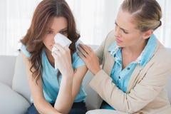 Белокурый терапевт смотря ее терпеливый плакать Стоковое Изображение RF