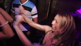 2 белокурых девушки танцуя на партии на клубе сток-видео