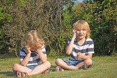 2 белокурых мальчика в саде. Стоковое фото RF