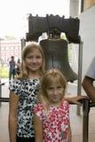 2 белокурых сестры стоят перед свободой колоколом, на волю самоцентрирующийся кернер, перед независимостью Hall в исторической зо Стоковые Фотографии RF