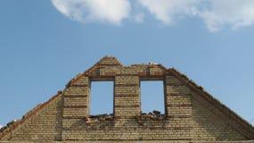 Белорусская деревня рушится сегодня небо через отверстие окна Стоковое фото RF