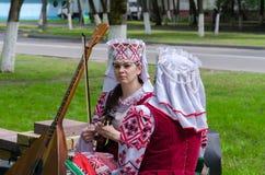 Белорусские женщины в костюмах с музыкальными инструментами Стоковое Фото
