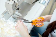 Белошвейка девушки шьет на швейной машине Стоковые Фотографии RF
