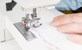 Белошвейка используя швейную машину, конец-вверх стоковая фотография rf