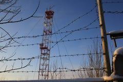 Бело-красная башня радиосвязи стоковая фотография rf
