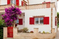 Бело-красный испанский дом стоковые изображения rf