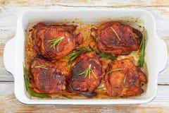 Бедренные кости цыпленка marinated при розмариновое масло и специи, зажаренные в ov Стоковое Изображение RF