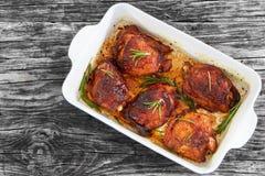 Бедренные кости цыпленка Rilled с розмариновым маслом и специями в блюде жарки Стоковые Фотографии RF