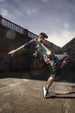 Бедр-хмель танцев человека в городском стоковые изображения