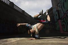 Бедр-хмель танцев человека в городском стоковое фото rf